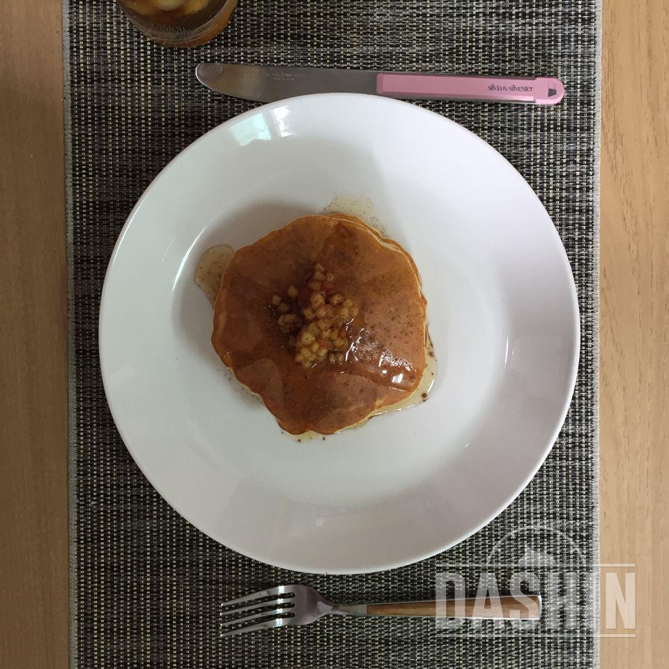 더라이트 - 사과콤포트를 곁들인 호두팬케이크