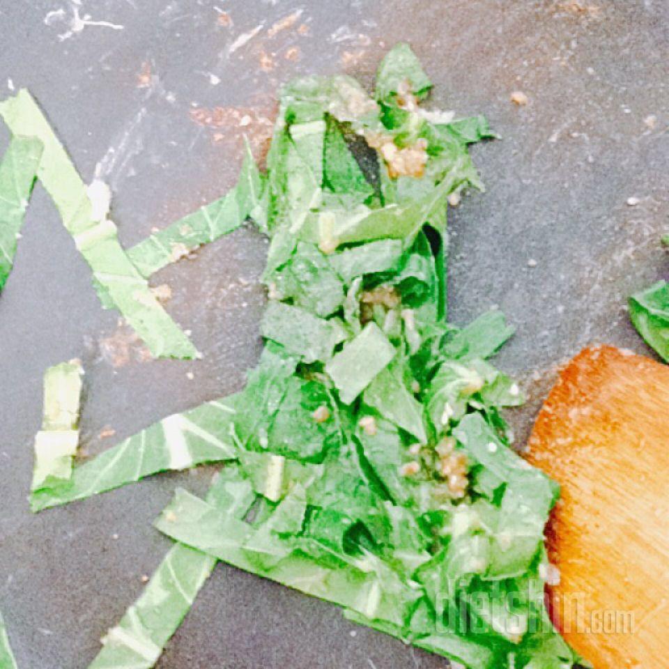 케일 달걀볶음을 올린 버섯밥