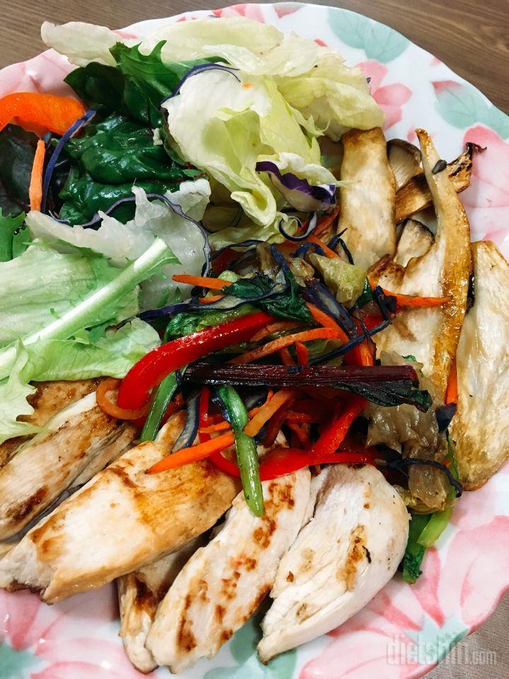 송이버섯 구이를 곁들인 닭가슴살 스테이크 샐러드