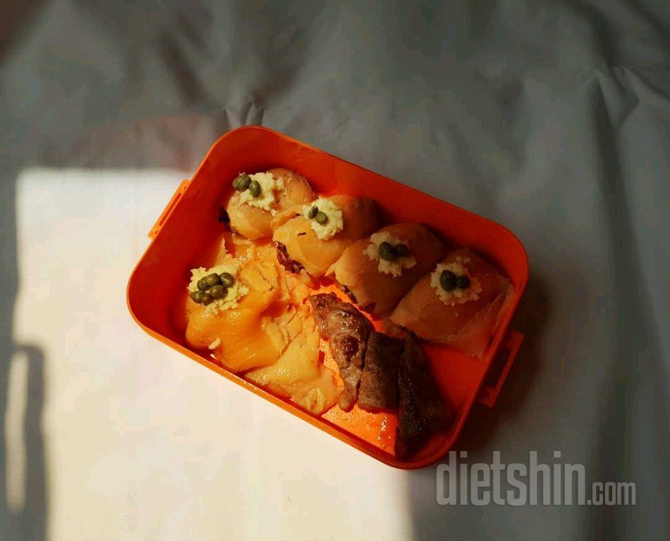 점심(훈제연어초밥 + 훈제연어 + 등심스테이크)