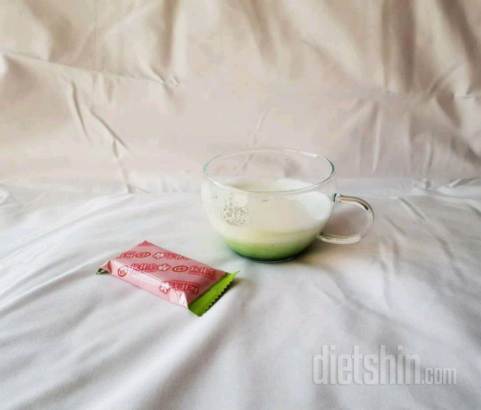 간식(말차라떼 + 킷캣사쿠라말차)