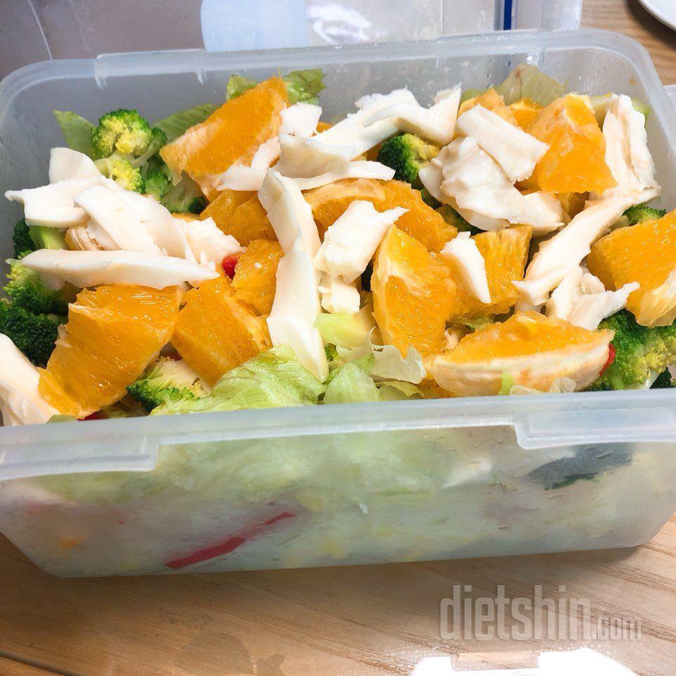 양상추, 저지방치즈, 오렌지, 파프리카 샐러드 한줌씩