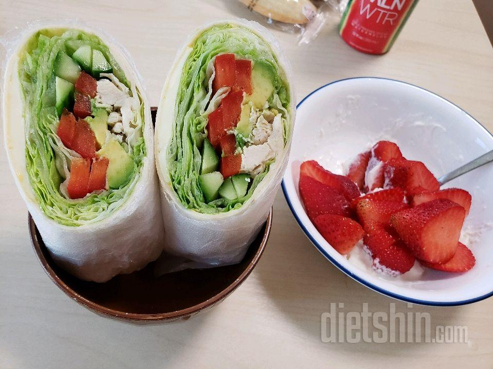 닭가슴살 또띠아롤 & 딸기랑요거트