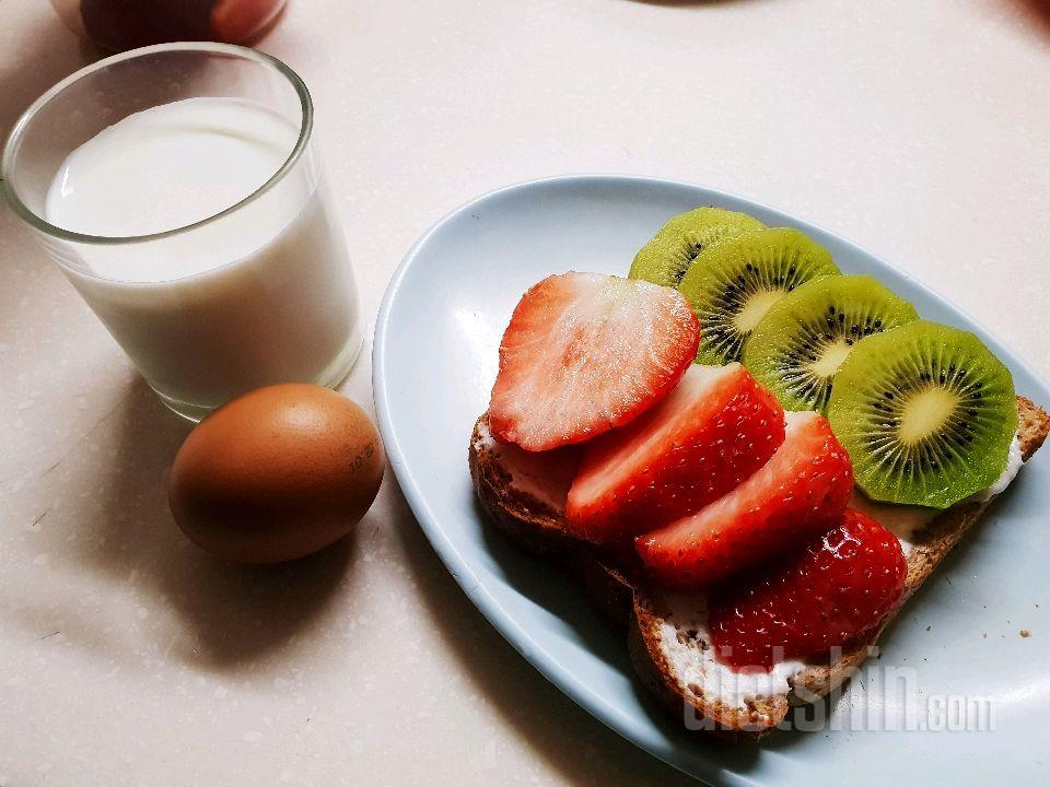 아침 키위반딸기반토스트