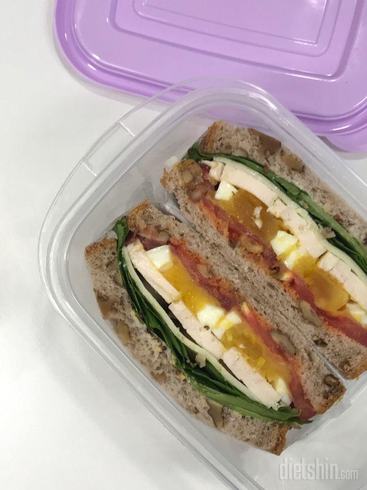 호밀빵 닭가슴살 샌드위치