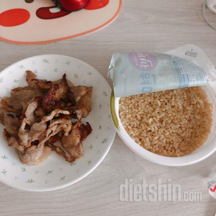 아침엔 치즈/바나나! 점심은 행복하게 돼지고기 앞다리살,현미밥!