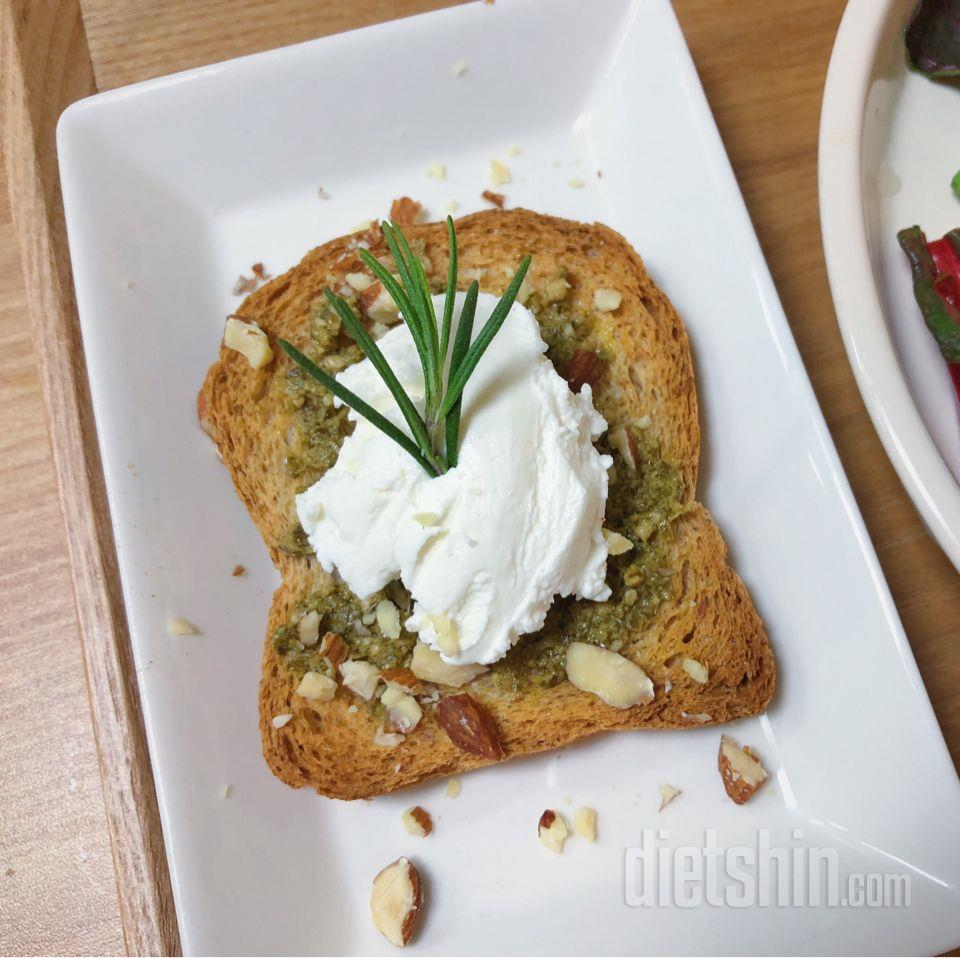 바질페스토 그릭요거트 토스트와 구운 두부 카프레제