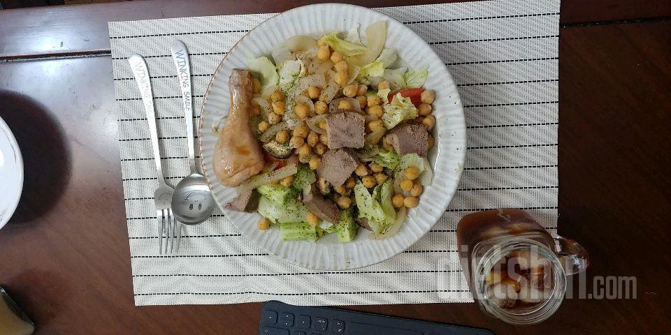 아침: 단백질 폭탄 샐러드