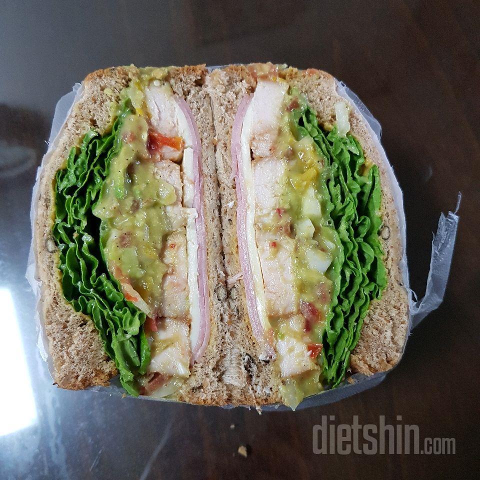 아보카도 닭가슴살 샌드위치