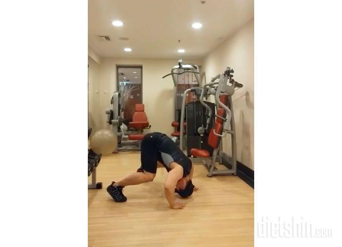 어깨라인과 팔뚝을 탄력있게 만들어주는 운동