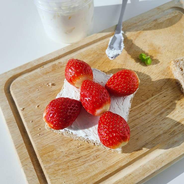 편의점 인기 간식 `딸기 샌드위치` 만들기!